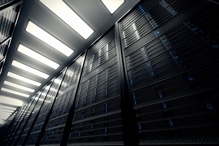 Immagine presenta una vista dal basso di una sala attrezzata con server di dati Blu LED lampeggiano immagine può rappresentare il cloud computing, memorizzazione delle informazioni, ecc o può essere la tecnologia di sfondo perfetto