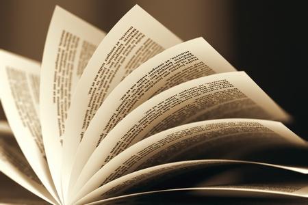 セピア色の配色でページをめくると本のイメージは教育、litarature、知恵の目的を示すために有用かもしれない