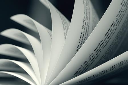 ページをめくると本のイメージは教育、litarature、知恵の目的を示すために有用かもしれない 写真素材