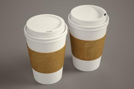 Carta bianca da asporto tazze di caffè con marrone partecipazione striscia su uno sfondo marrone adatto per mense, che rappresenta la prima colazione, mattina e caffè appena fatto Archivio Fotografico