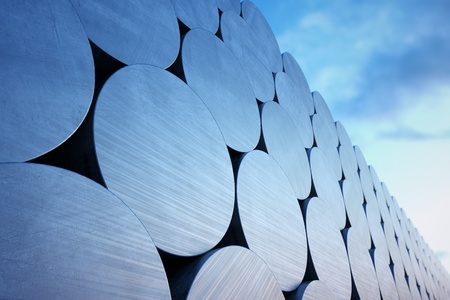 흐린 하늘 배경에 알루미늄 빌릿의 스택입니다. 어떤 산업 관련 용도에 적합합니다.
