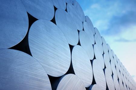 Stack kęsów aluminiowych na tle nieba. Nadaje się do wszelkich związanych z nimi celów przemysłowych.