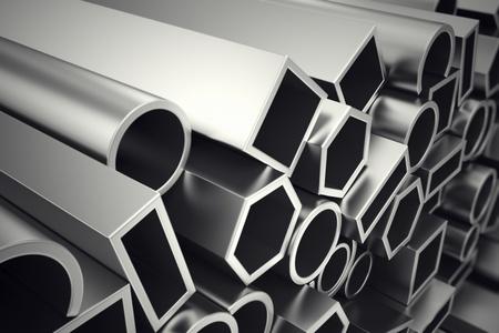 Una pila di profili in acciaio in diverse forme. Sono progettati per soddisfare elevate esigenze di prestazioni, qualità e precisione. Sono utilizzati nella costruzione e produzione. Archivio Fotografico