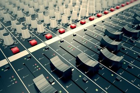 믹싱 콘솔의 슬라이더에 측면 근접 촬영. 이는 원하는 출력을 얻기 위해 오디오 신호를 수정하는 데 사용된다. 녹음 스튜디오, 방송, 텔레비전 및  스톡 콘텐츠