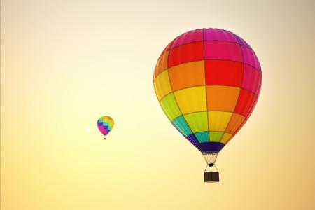 globo: Multicolores globos de aire caliente que vuelan en el cielo azul
