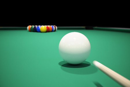Billiard balls on the green baize of a billiard table. Breaking the rack in pool.Strong shot of cue ball. 版權商用圖片 - 47638551