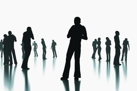 demografia: Siluetas de una multitud de personas de pie en una superficie reflectante. Primeros planos de personas al azar. Foto de archivo