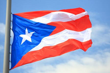 bandera de puerto rico: Bandera de Puerto Rico contra el cielo