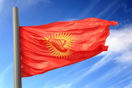 kyrgyzstan: Bandera de Kirguist�n contra el cielo azul