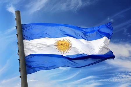 bandera argentina: La bandera de la Argentina contra el cielo azul