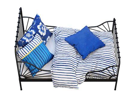 Cama infantil individual con estructura de metal negro con ropa de cama de colores sobre fondo blanco. Interior escandinavo. Juego de cama