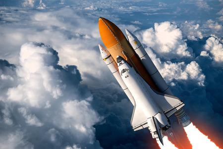 cohetes: Lanzamiento del transbordador espacial en las nubes. Escena 3D.