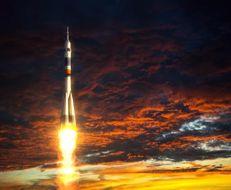 Carrier raket op een achtergrond van rode wolken. 3D-scène. Stockfoto