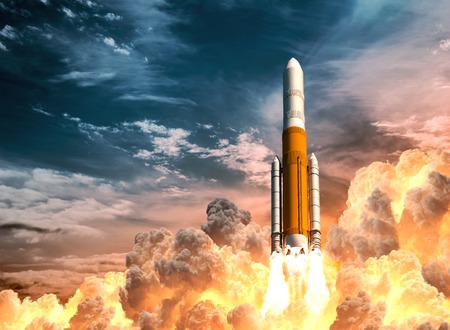 Zware raketlancering op de achtergrond van bewolkte hemel Stockfoto