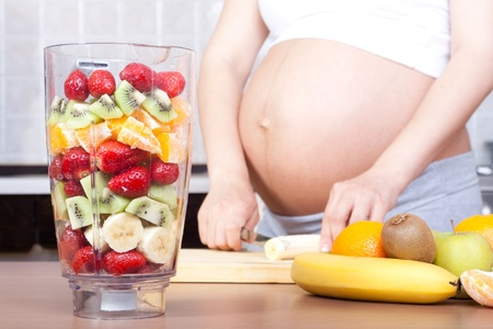 belly pepper: Pregnancy and nutrition - pregnant woman with fruit