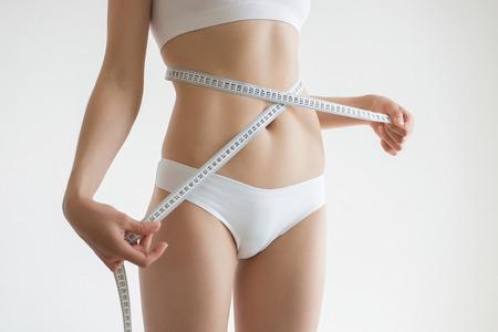 culo donna: Giovane bella ragazza misura le parti del corpo di roulette