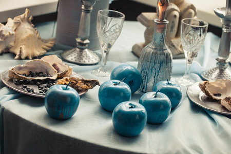 beautifully: Beautifully decorated table with shells and blue apples
