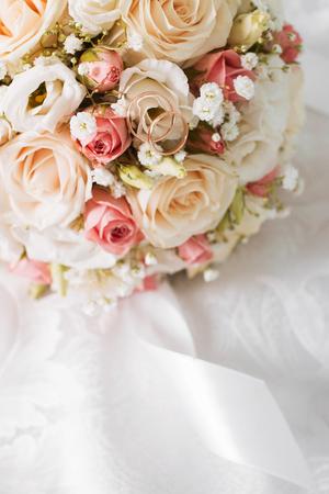 Mooi bruiloft boeket en mooie trouwringen Stockfoto