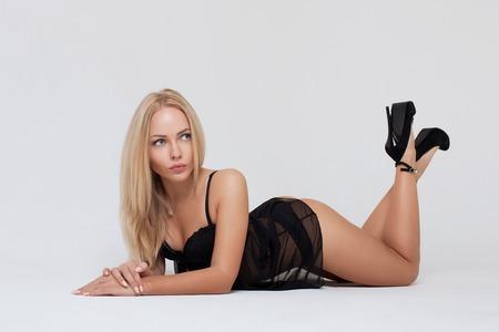 Sexy blonde vrouw op een witte achtergrond. Perfect womanslichaam