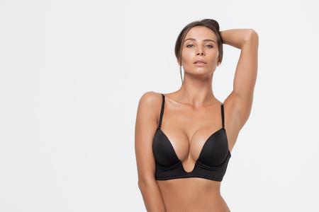 Femme sexy dans une lingerie noire sur fond blanc