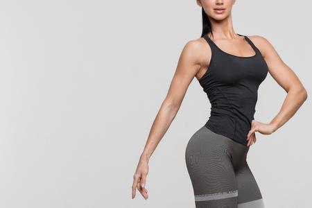 Mujer joven de cuerpo perfecto sobre un fondo blanco en lencería