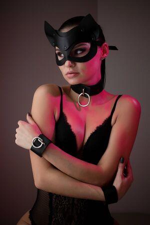 Chica morena con una máscara de gato