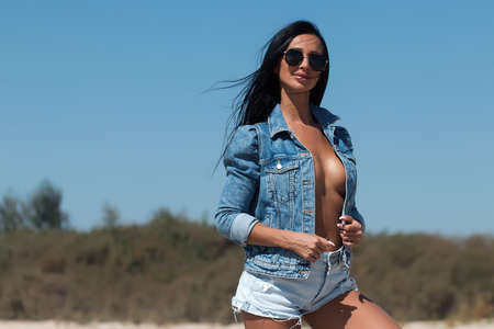 Seductive woman in denim outfit in nature 免版税图像 - 152266445
