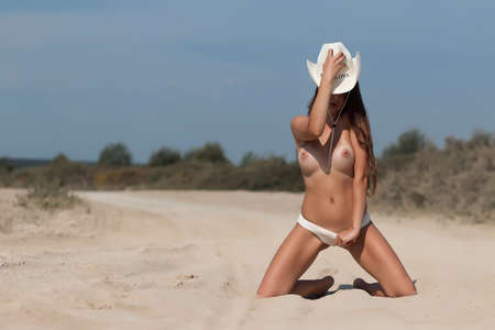 Sexy woman with hat on beach 免版税图像 - 152955156