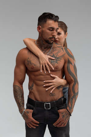 Woman hugging muscular man from behind 免版税图像
