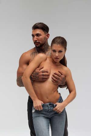 Muscular man hugging topless woman 免版税图像