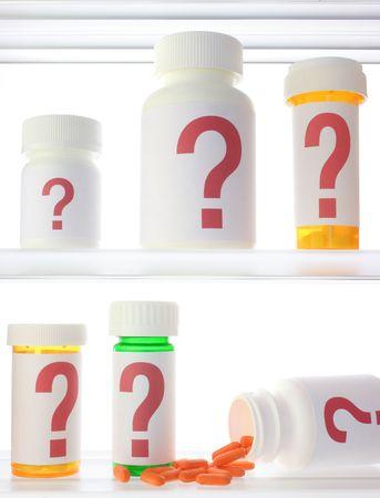 Een paar pil flessen in een medicijnkastje, alle aangeduid met een rood vraagteken. Één fles is op zijn kant met pillen morsen uit.