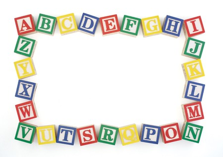Houten alfabet blokken gerangschikt om een horizont aal kader geïsoleerd op een witte achtergrond te maken.