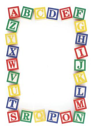 Houten alfabet blokken gerangschikt naar het maken van een frame op een witte achtergrond  Stockfoto