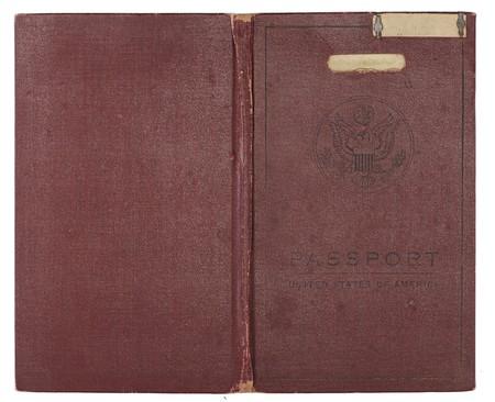 バックとフロント カバーを表示する、1920 年代から茶色の米国のパスポートを開きます。