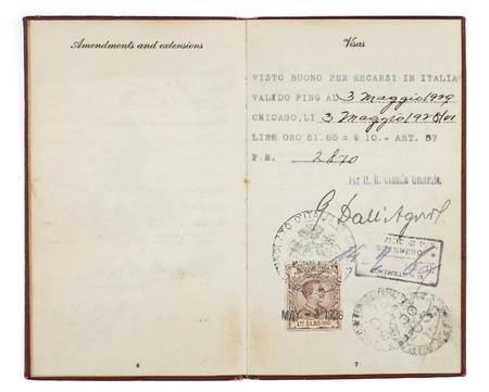 Een Amerikaanse paspoort uit de jaren 1920 open voor twee tegenoverliggende pagina's met de douane postzegels uit 1928 Italië. Stockfoto