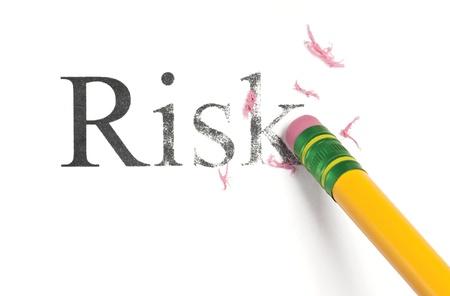 Close-up van een geel potlood wissen van het woord, 'Risk'. Geà ¯ soleerd op wit.