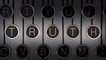 真実の単語を綴る傷クロム キーのタイプライターのキーボードの画像の古い。照明やフォーカスは真実を中心としました。