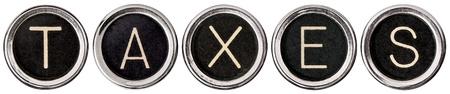 Oud, gekraste chroom typemachinetoetsen met zwarte centra en witte letters spelling uit BELASTINGEN
