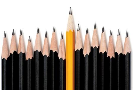 Ongelijke rij van zwarte potloden met een gele potlood in het midden stijgt hoger dan de rest. Op wit met druppel schaduw Stockfoto