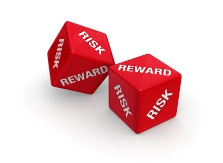 白い背景の上のリスクと報酬のロールが刻まれた 2 つの赤いサイコロ。