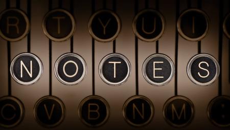 commentary: Cerca de la vieja m�quina de escribir de teclado con teclas de cromo rayados que detallan NOTAS iluminaci�n y el enfoque se centra en NOTAS