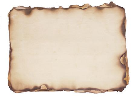 papel quemado: Bundle de varias resistido, papeles viejos con fuego dañadas y quemadas bordes aisladas en blanco
