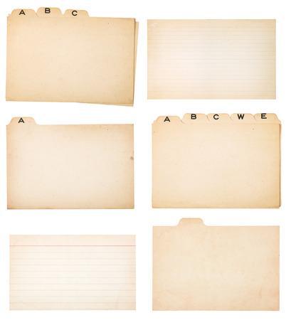 Het verzamelen van vergeling tabbladen index kaarten en twee vervaagde, gevoerd index kaarten zonder tabs Elke kaart of een groep is die op wit met het knippen van weg Stockfoto