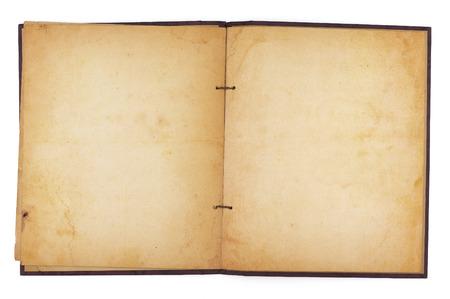空白、黄水染色のページを明らかにする老化のスクラップ ブックを開きます。白で隔離。クリッピング パスが含まれています。