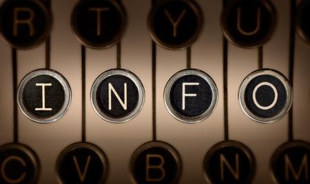 """""""정보""""밖으로 철자가 긁힌 된 크롬 키와 오래 된 수동 타자기 키보드 닫습니다. 조명과 초점은  """"정보 """"키를 중심으로 이루어집니다."""