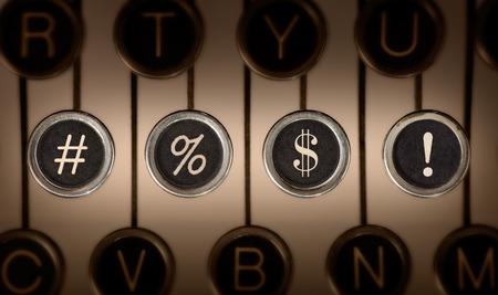 傷クロム キーで古い手動タイプライターのキーボードのクローズ アップ。フォーカスし、中央の列を含むを中心とした照明 写真素材
