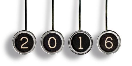 4 오래 된 검은 센터와 2016 년을 대표하는 흰색 숫자로 크롬 타자기 키 긁힌. 화이트에 격리.