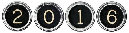 오래 된 검은 센터와 2016 밖으로 맞춤법 검사 흰색 숫자로 크롬 타자기 키를 긁힌. 각 키 클리핑 패스와 함께 흰색에 격리되어 있습니다.