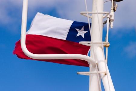 chilean flag: Bandera chilena en un transbordador en el Estrecho de Magallanes