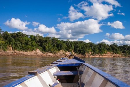 rio amazonas: Barco en la selva tropical peruana